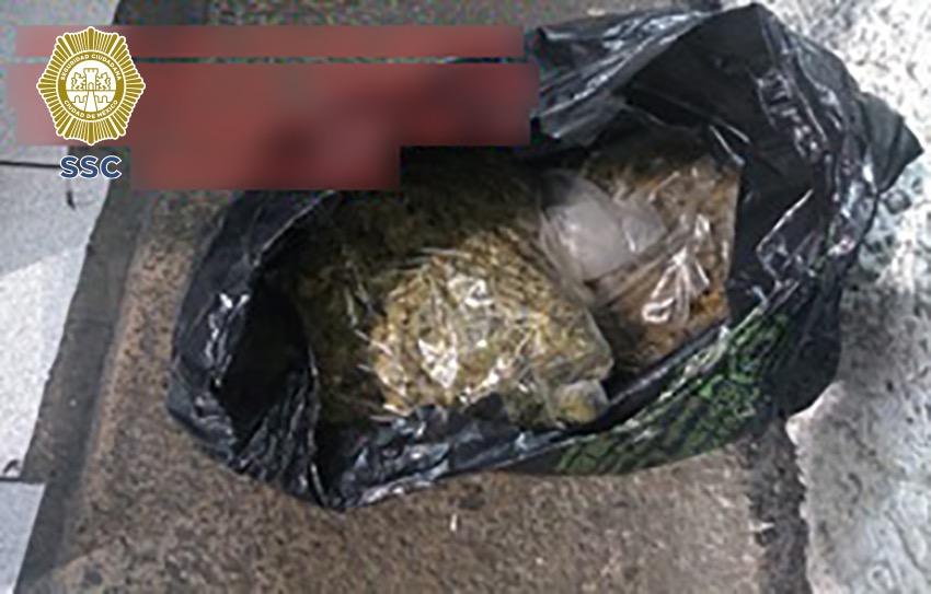 En la alcaldía Azcapotzalco, efectivos de la SSC detuvieron a tres hombres en posesión de más de un kilogramo de aparente marihuana, un arma de fuego y media docena de cartuchos útiles