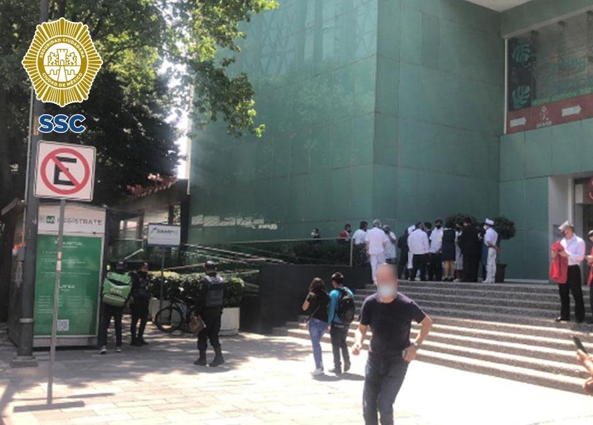 Tras registrarse un conato de incendio al interior de un restaurante en Benito Juárez, policías de la SSC evacuaron y auxiliaron a 40 personas