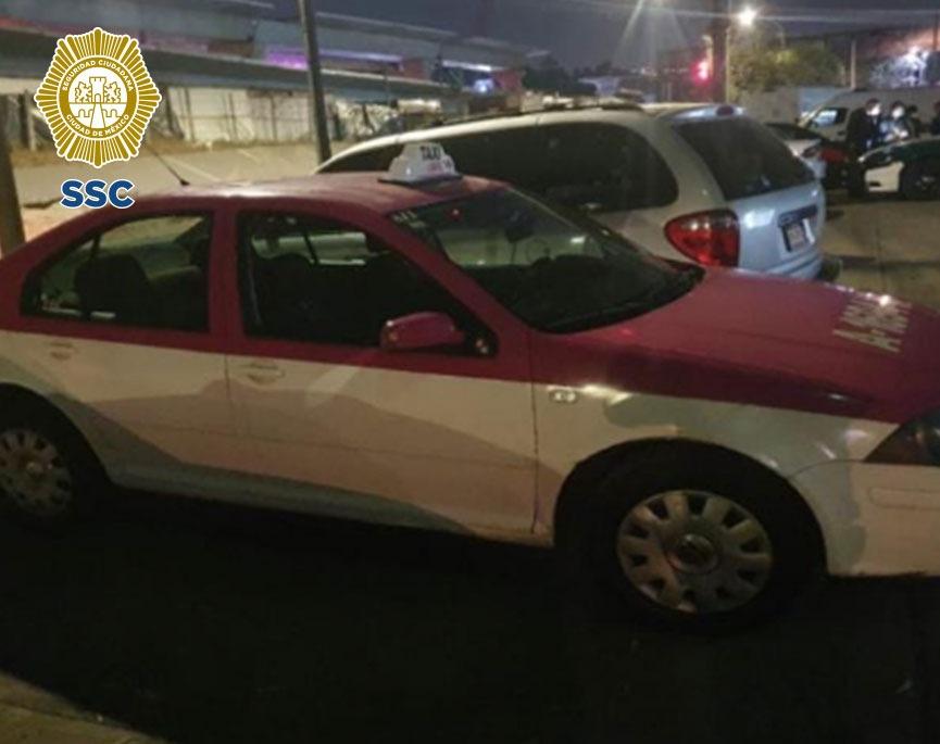 En la alcaldía Tlalpan, policías de la SSC resguardaron y detuvieron a dos hombres que posiblemente robaron un vehículo de alquiler tipo taxi a su conductor