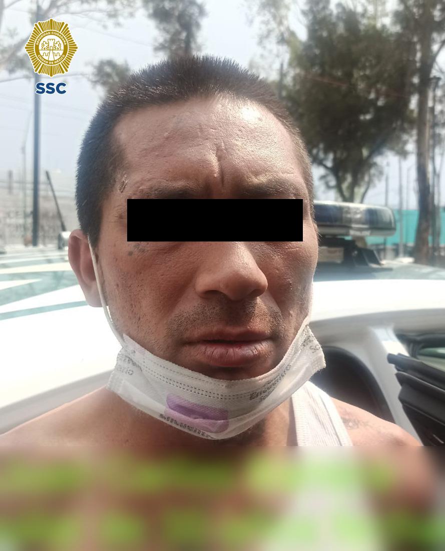 Policías de la SSC detuvieron a una persona que posiblemente asaltó una tienda de conveniencia en la colonia San Felipe de Jesús