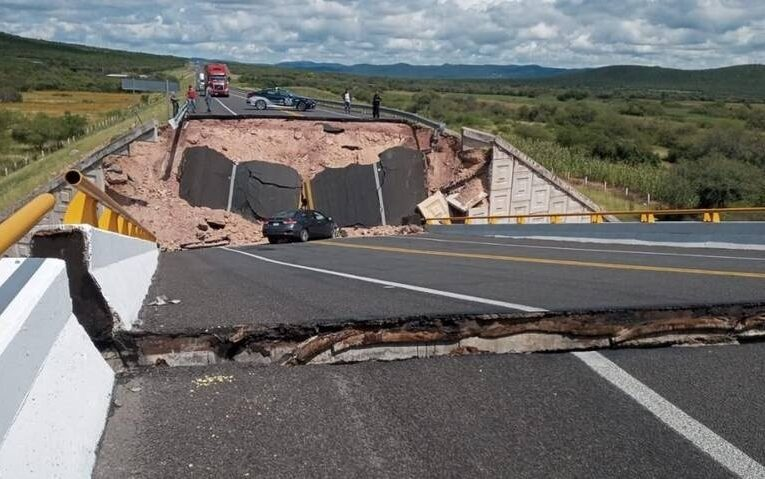 Colapsa puente vehicular en Cerritos-Tula